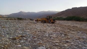 إعادة شق طريق وادي المسيلة المتضرر من سيول الأمطار في المهرة