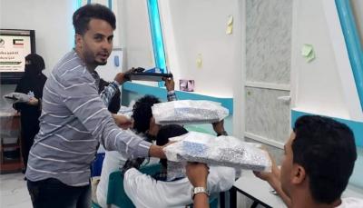 الجمعية الكويتية توزع أجهزة حاسوب وكاميرات احترافية على 100طالب وطالبة في مارب