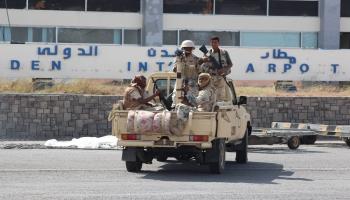 أمن مطار عدن يحتجز مواطن أثناء توجه برفقة عائلته لتلقي العلاج بالخارج