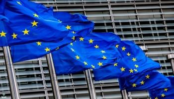 أعلام الاتحاد الأوروبي أمام مقره الرئيس