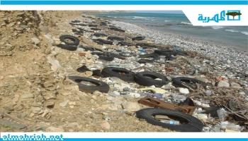 المخلفات تحاصر شواطئ الجزيرة وعاصمتها