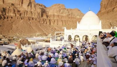 يمنيون يتجمعون عند ضريح النبي هود