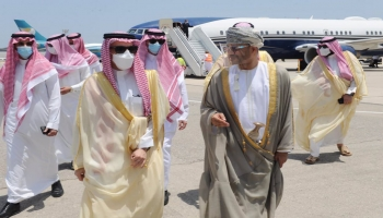 وزير الخارجية السعودي ونظيره العماني في مطار مسقط
