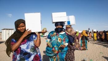 توزيع مساعدات على مهاجرين
