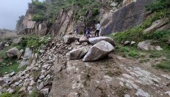 أدت الانهيارات الصخرية لقطع الطرقات