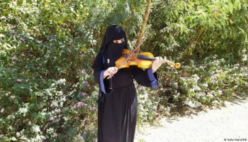 العازفة الموسيقية اليمنية رانيا الشوكاني