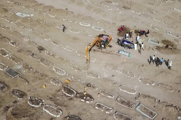 """""""أسوشيتد برس"""": حفارو القبور في عدن لا يعرفون سبب وفاة أشخاص دفنوا حديثا"""