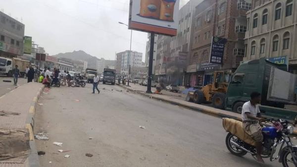 حضرموت.. محتجون يغلقون شوارع رئيسية بالمكلا تنديدا بتدهور خدمة الكهرباء