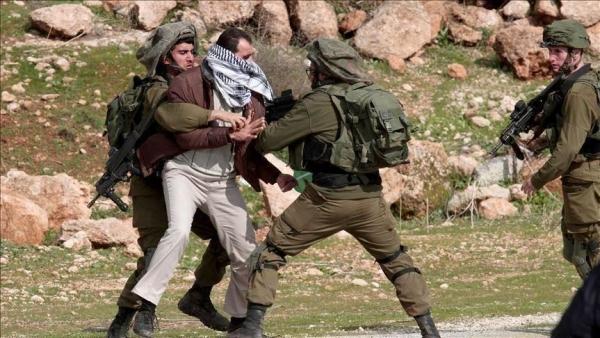 الجيش الإسرائيلي يعتقل فلسطينيا