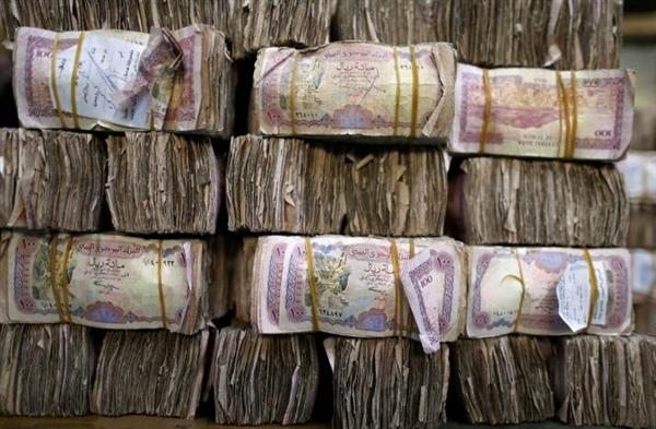 خبير اقتصادي يعزو ارتفاع الأسعار وعمولة الحوالات إلى منع الحوثيين للعملة الجديدة
