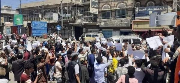 صنعاء.. مسيرات غاضبة تطالب بإعدام قتلة الشاب الأغبري