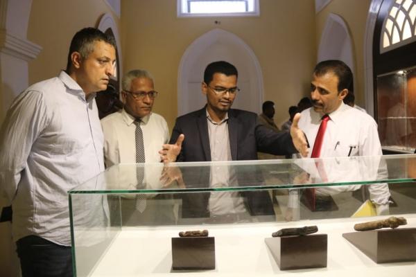 """وزير الثقافة يتفقد أعمال ترميم متحف """"المكلا"""" ويطلع على القطع الأثرية التي تمت استعادتها"""