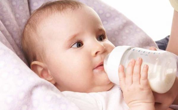 دراسة: الرضع يبتلعون ملايين الجسيمات البلاستيكية من زجاجات الحليب