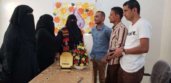مأرب..رابطة أمهات المختطفين تلتقي الصحفيين المفرج عنهم من سجون الحوثيين