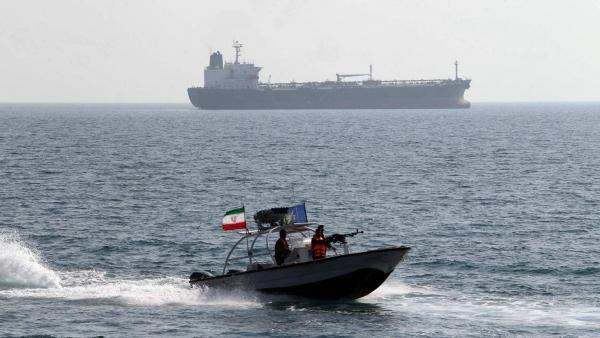"""إيران تحتجز سفينة محملة بـ""""وقود مهرّب"""" في مياه الخليج"""