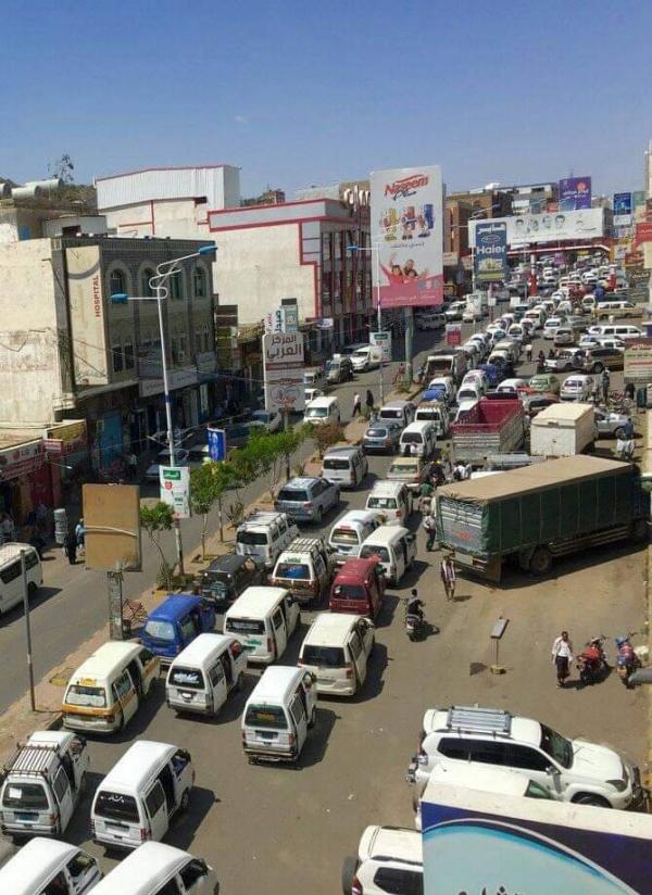بحثا عن لقمة العيش.. تعز تتحول إلى مدينة مكتظة بالباصات الصغيرة (تقرير خاص)