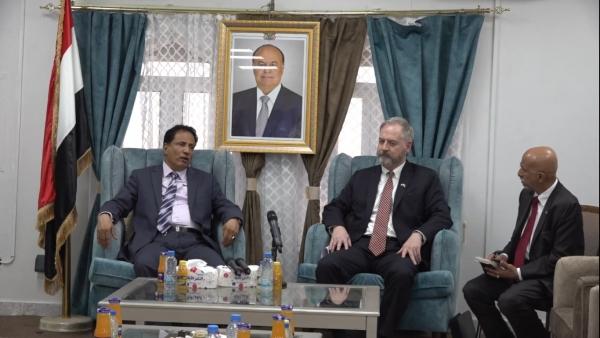 السفير الأمريكي يطالب بتشكيل حكومة خلال زيارة مفاجئة لمحافظة المهرة