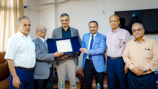 محافظ عدن يُكرم الفنان محمد محسن عطروش ويدعو الحكومة للاهتمام بالمبدعين