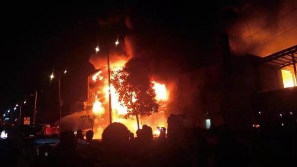 وفاة 8 مهاجرين وإصابة 170 آخرين إثر حريق في مركز احتجاز بصنعاء