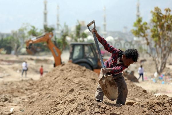 طفل يحفر قبرا في تعز_الفرنسية