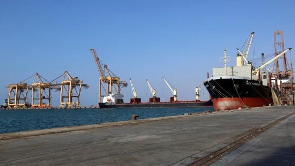 الحكومة تسمح بدخول عدد من السفن النفطية إلى ميناء الحديدة