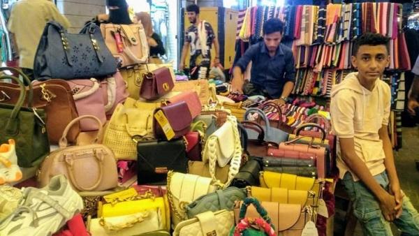 يمنيون يعزفون عن شراء ملابس العيد بسبب الغلاء والفقر (تقرير)