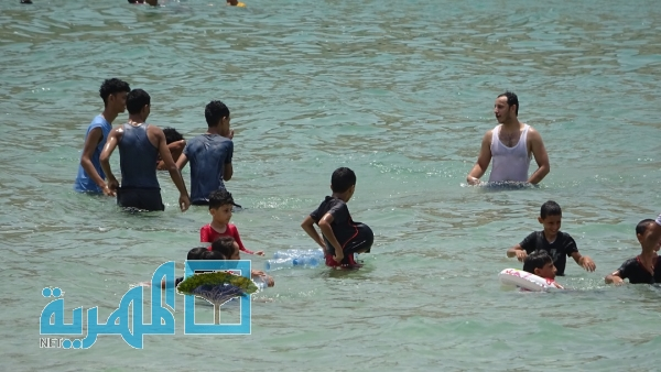 """شاطئ """"البربرية"""" يجذب الزوار في عدن وسط مخاوف من الاستيلاء عليه (صور)"""