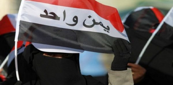 امرأة يمنية ترفع العلم اليمنية بشعار يمن واحد (إرشيف)