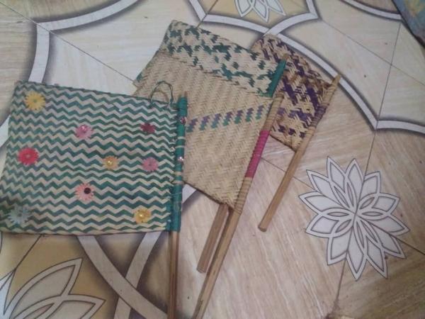 لحج.. نساء يصنعن مراوح يدوية للتخفيف من معاناة حرارة الصيف (تقرير)