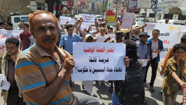 تدهور العملة يعقد على اليمنيين توفير لقمة العيش(تقرير خاص)
