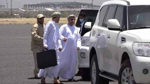 صورة للوفد العماني بمطار صنعاء