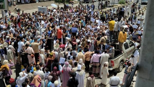 متظاهرون في مدينة تعز اليوم الجمعة-