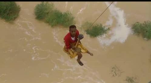 خلال عمليات الإنقاذ لمواطنين حاصرتهم السيول