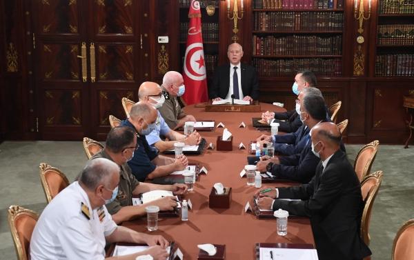 الرئيس التونسي قيس سعيد خلال اجتماع طارئ مع قيادات أمنية وعسكرية