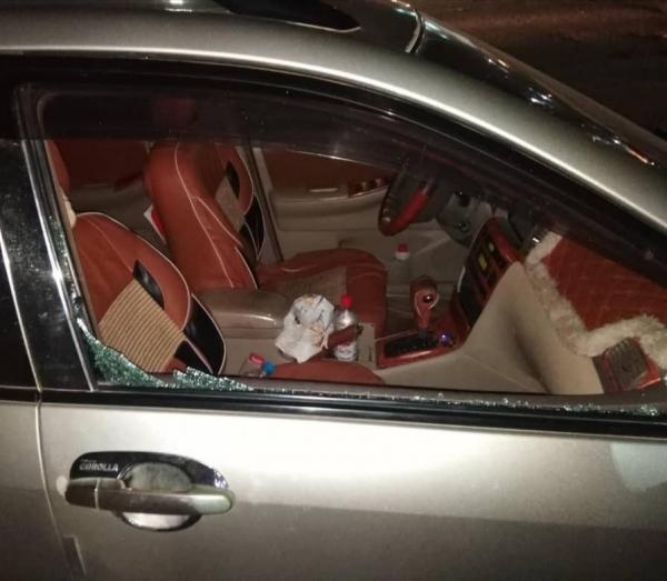 سيارة مدير مكتب وزير التربية والتعليم بعد حادثة الاعتداء، ناشطون
