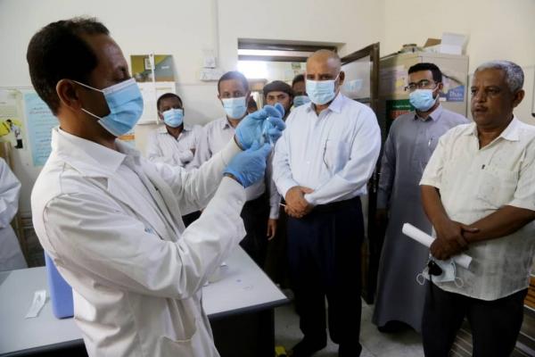 الوكيل الكثيري ومسؤولو مكتب الصحة خلال التدشين