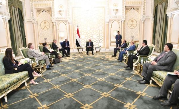 الرئيس هادي والمبعوث الأممي بحضور عدد من قيادات الدولة
