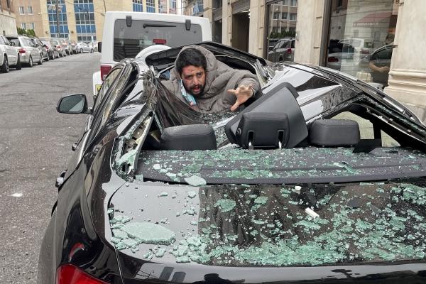 الرجل الأمريكي بعد سقوطه على سيارة نوع bmw
