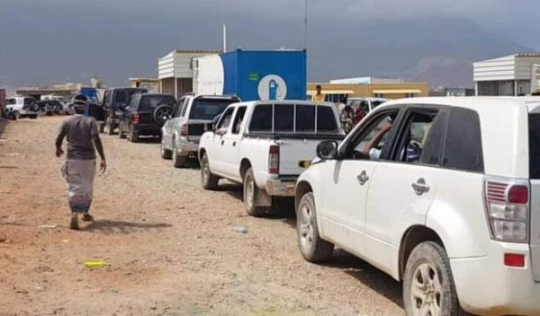 طوابير من السيارات في سقطرى بانتظار الوصول للمحطة للتزود بالبنزين- إرشيف