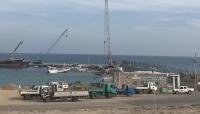 سفينة إماراتية تفرغ حمولة مشبوهة بميناء سقطرى بتواطؤ سعودي