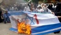 متظاهرون سودانيون يحرقون علم إسرائيل خلال مسيرة إصلاح المسار