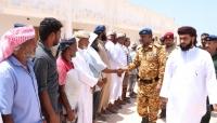 مدير أمن وشرطة المهرة يلتقي أعضاء السلطة المحلية والمشايخ في حصوين